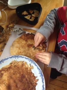 Lite större barn vill kanske hjälpa till att göra pannkaksfigurerna.
