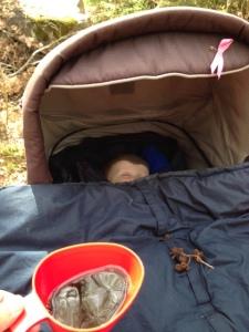 Minstingen sover och har fått några bebiskottar (alkottar) på vagnen. Lite molnig vårhimmel speglas i mitt kaffe.