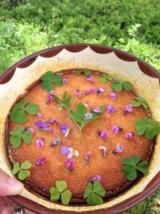 Gökärt, violer och harsyra som ätbar dekor.