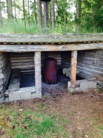 Gapahuk i skogen ger skydd för regn och vindar
