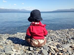 Ettåringen blickar ut över sjumilasjön Torneträsk och funderar över livet...