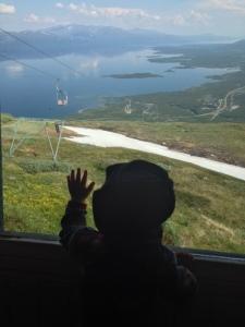 Min yngsta son spanar in utsikten från Aurora Sky Station medan vi andra fikar.