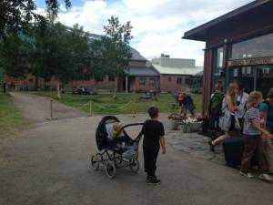 Familjär stämning på turiststationens gårdsplan. Här finns bl a hängmattor och möjlighet att lära sig gå på lina.