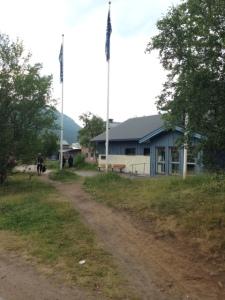 Naturum bredvid huvudbyggnaden. Här kan du lära om natur och djur, samt testa kasta lasso på renhorn.