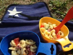Dagens lunch: tortellini, gurka, tomat, bacon och oliver. Alla -  ettåringen, femåringen och 42-åringen - åt med god aptit .