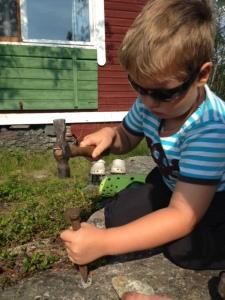 Viktigt med skyddsglasögon när man ska hacka på stenar.