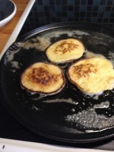 Mycket smör i stekpannan, då blir det gott och enkelt att vända pannkakorna.