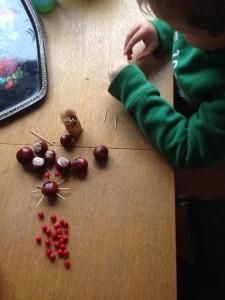 Stor koncentration när vi ska göra en familj av kastanjer och rönnbär...