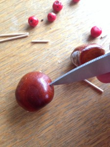 Ett litet hål med saxen gör att det är lättare att trycka i tandpetaren.